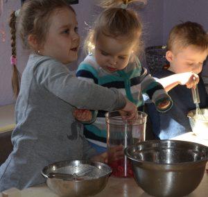 Przygotowanie ciasta na naleśniki z liofilizowanymi malinami i borówkami